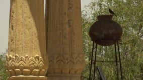Un pote en el medio de pilares almacen de video