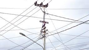 Un poteau électrique avec un bon nombre de câbles photo libre de droits