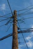 Un poteau électrique avec des fils Photographie stock
