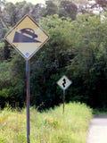 Un poteau de signalisation de route de zigzag et de manière vers le bas Image libre de droits