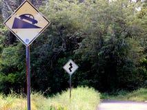 Un poteau de signalisation de route tortueuse Image stock