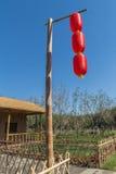 Un poteau en bambou sur les lanternes rouges Photographie stock