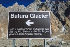 Un poteau indicateur de la direction et l'information du glacier de Batura photo libre de droits