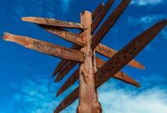 Un poteau indicateur en bois. Photographie stock
