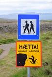 Un poteau indicateur en Islande avec deux signes pour des randonneurs photographie stock libre de droits