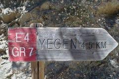 Un poteau indicateur sur le sentier piéton GR7 célèbre en Espagne du sud photographie stock
