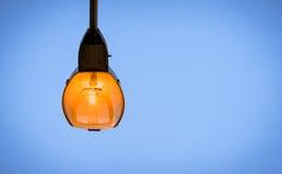 un poteau léger sur le fond de ciel bleu dans la période de twilaght Image stock