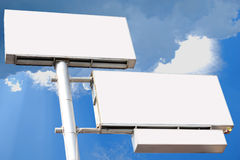 Un poteau là sont le panneau d'affichage trois vide pour votre annonce, sur le nuage de bleu de fond Photos libres de droits
