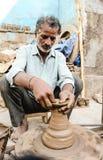Un potier faisant des pots d'argile images libres de droits