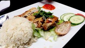 Un poulet rôti avec du riz images libres de droits