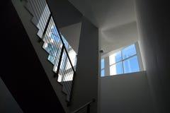 Un pozzo delle scale luminoso moderno Fotografia Stock Libera da Diritti