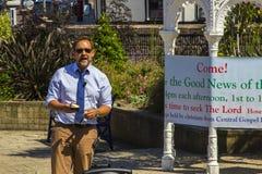 Un prédicateur de rue Prêchant les bonnes actualités du salut par seule la foi en Jesus Christ dans les jardins submergés Bangor  photographie stock