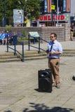 Un prédicateur de rue Prêchant les bonnes actualités du salut par seule la foi en Jesus Christ dans les jardins submergés Bangor  image stock