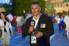 Un présentateur de TV rapporte de la place rouge à Moscou Image libre de droits