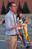 Un présentateur de TV rapporte de la place rouge à Moscou Photo stock