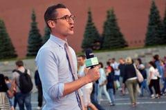 Un présentateur de TV rapporte de la place rouge à Moscou Images stock