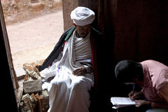 Un prêtre dans Lalibela photos stock