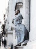 Un prêtre regardant dehors dans la ville de stressfull de Lisbonne photos libres de droits