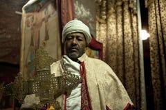 Un prêtre tenant une croix, Lalibela images stock