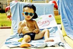 Un prendre un bain de soleil frais de bébé garçon Photo libre de droits