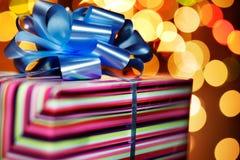 Un presente atado con un arco azul Fotografía de archivo libre de regalías