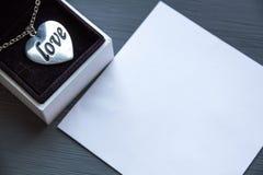 Un presente del día de tarjeta del día de San Valentín Foto de archivo