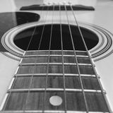 Un primer blanco y negro de las secuencias de la guitarra acústica Imagen de archivo libre de regalías