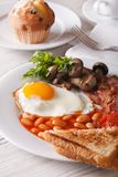 Un primer caluroso del desayuno inglés en una placa vertical Imagen de archivo