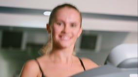 Un primer de la muchacha que corre en el gimnasio almacen de metraje de vídeo
