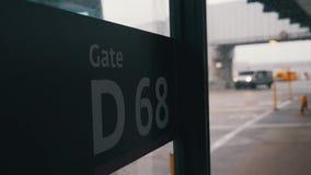 Un primer de la muestra de la puerta del aeropuerto metrajes