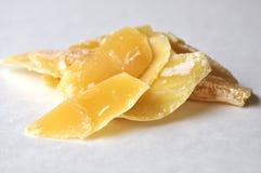 Un primer de las virutas naturales de una cera de abejas para el uso y candlemaking cosméticos aisladas en blanco Fotografía de archivo libre de regalías
