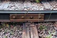 Un primer de los remaches del metal del moho Los durmientes viejos, en ciudad allí son una línea de la tranvía En naturaleza, un  imágenes de archivo libres de regalías