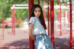 Un primer de una chica joven en ropa casual en un fondo borroso del campo atlético Moda, urbana, concepto de la juventud Copie el Fotos de archivo