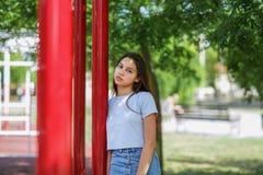 Un primer de una chica joven en ropa casual en un fondo natural borroso Moda, urbana, concepto de la juventud Copie el espacio Fotos de archivo libres de regalías