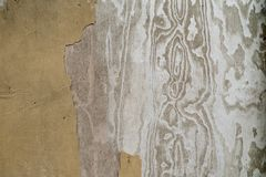 Un primer de una pared con la pintura vieja y la estructura de madera Imágenes de archivo libres de regalías