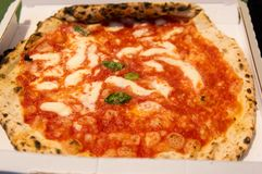 Un primer de una pizza italiana Margherita en una caja imagen de archivo libre de regalías