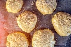 Un primer del proceso de cocinar los bollos foto de archivo