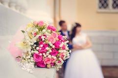Un primer del ramo que se casa contra la perspectiva de la novia y del novio en su día que se casa Tono en el estilo de instagram imagenes de archivo