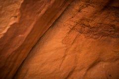 Un primer hermoso de los acantilados de una piedra arenisca en Letonia Modelo cercano de las formaciones de una arena Cuevas de l Fotografía de archivo