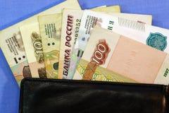 Un primo piano è una borsa con le rubli russe immagine stock libera da diritti