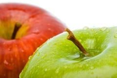 Un primo piano bagnato delle due mele Fotografia Stock