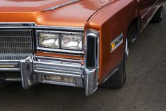 Un primo piano dei fari e del respingente di fronte su un'automobile dell'americano dell'annata Automobile brillante lucidata su  fotografia stock libera da diritti