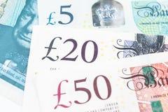 Un primo piano del banknot di valuta dell'Inghilterra della sterlina 5, 20 e 50 immagine stock libera da diritti