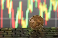 Un primo piano del bitcoin su un fondo confuso Fotografia Stock