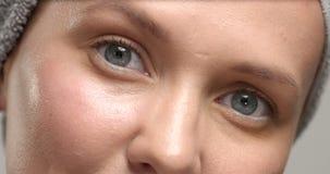 Un primo piano del eue del ` s della donna di 30 ` s con un massaggio della crema dell'occhio e lo sfrega Immagini Stock Libere da Diritti