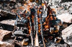 Un primo piano del falò Burnes di un fuoco al giorno di estate fotografia stock libera da diritti