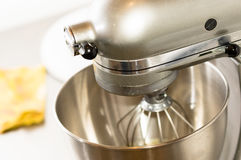 Un primo piano del miscelatore del pane in forno, pasta mescolantesi per le baguette in una macchina del forno per la mescolanza  Fotografia Stock Libera da Diritti