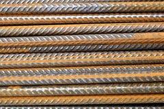 Un primo piano del rinforzo d'acciaio orizzontalmente impilato arrugginito di divisione esclude il tondo per cemento armato Immagini Stock