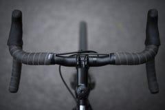 Un primo piano dell'insieme anteriore di una bicicletta di sport tratta il colpo in bianco e nero fotografia stock libera da diritti