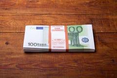 Un primo piano della banconota dell'euro 100 Immagini Stock Libere da Diritti